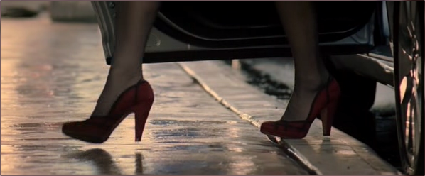 The first appearance of Miranda Priestly is her feet in red high-heeled shoes.